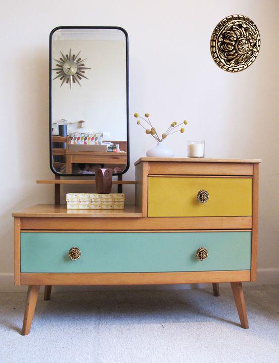 Tirador vintage en mueble retro